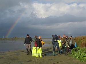 Vrijwilligers op de Kinseldam